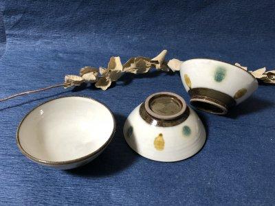 <img class='new_mark_img1' src='https://img.shop-pro.jp/img/new/icons2.gif' style='border:none;display:inline;margin:0px;padding:0px;width:auto;' />小石原焼き 鬼丸豊喜窯 茶碗(三彩ドット)