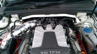 Ultraracing フロントタワーバー アウディ B8 B8.5 A4 S4