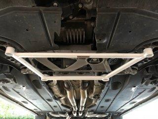 UltraRacingフロントボディアンダーブレース  AUDI 8V RS3 セダン スポーツバック