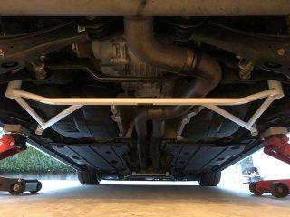 UltraRacingリアボディアンダーブレース  AUDI 8V RS3 セダン スポーツバック