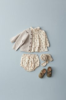 <img class='new_mark_img1' src='https://img.shop-pro.jp/img/new/icons14.gif' style='border:none;display:inline;margin:0px;padding:0px;width:auto;' />CARAMEL MIRON BABY BLOUSE / TOFFEE DITSY FLOWER PRINT