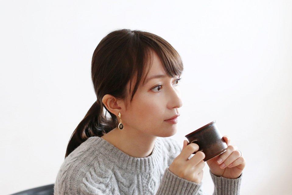 Ouca/ブラックエナメル/しずくユレ(イヤリング)