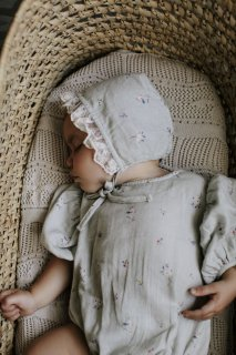 <img class='new_mark_img1' src='https://img.shop-pro.jp/img/new/icons23.gif' style='border:none;display:inline;margin:0px;padding:0px;width:auto;' />【30%OFF】bebe organic「Nora Bonnet (Sage Flowers)」2021-SS