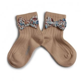 <img class='new_mark_img1' src='https://img.shop-pro.jp/img/new/icons14.gif' style='border:none;display:inline;margin:0px;padding:0px;width:auto;' />Collegien「Béatrice Ankle Sock with Liberty Bow - Petite Taupe」