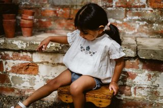 <img class='new_mark_img1' src='https://img.shop-pro.jp/img/new/icons14.gif' style='border:none;display:inline;margin:0px;padding:0px;width:auto;' />Little Cotton Clothes「Hilda Embroidered Blouse」2021-SS