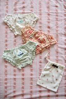 <img class='new_mark_img1' src='https://img.shop-pro.jp/img/new/icons14.gif' style='border:none;display:inline;margin:0px;padding:0px;width:auto;' />BONJOUR DIARY 「3 Panties set with pouch (3 flower prints)」2021-SS