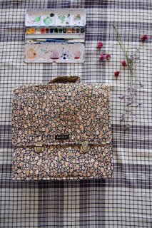 <img class='new_mark_img1' src='https://img.shop-pro.jp/img/new/icons14.gif' style='border:none;display:inline;margin:0px;padding:0px;width:auto;' />BONJOUR DIARY 「School bag (Blue flowers print)」2021-SS