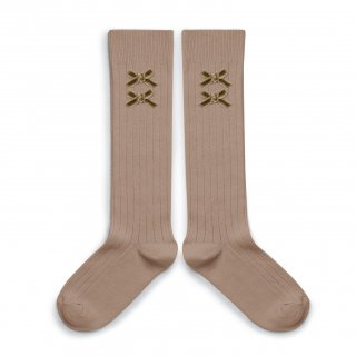 <img class='new_mark_img1' src='https://img.shop-pro.jp/img/new/icons14.gif' style='border:none;display:inline;margin:0px;padding:0px;width:auto;' />Collegien「Hortense Ribbed Knee-high Socks with Velvet Bows - Petite Taupe」