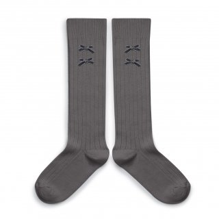<img class='new_mark_img1' src='https://img.shop-pro.jp/img/new/icons56.gif' style='border:none;display:inline;margin:0px;padding:0px;width:auto;' />Collegien「Hortense Ribbed Knee-high Socks with Velvet Bows - Gris Galet」