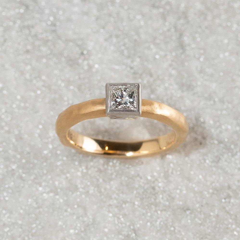 <img class='new_mark_img1' src='https://img.shop-pro.jp/img/new/icons8.gif' style='border:none;display:inline;margin:0px;padding:0px;width:auto;' />N°17    K18arm princess diamond ring 0.4ct