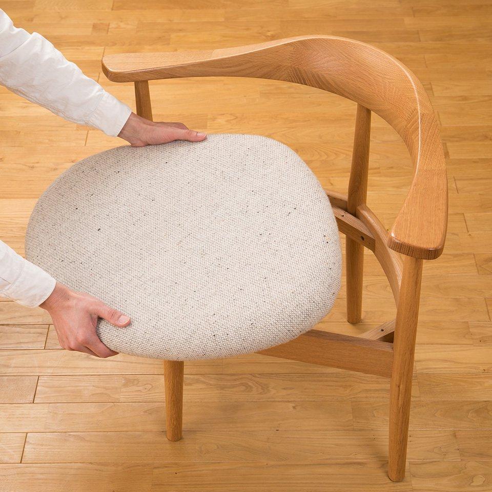 男 続ける に 椅子 座り