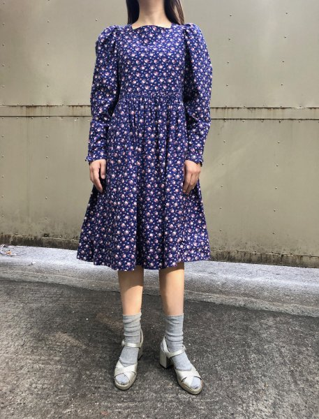 <img class='new_mark_img1' src='https://img.shop-pro.jp/img/new/icons14.gif' style='border:none;display:inline;margin:0px;padding:0px;width:auto;' />Laura ashley purple blue flower print dress