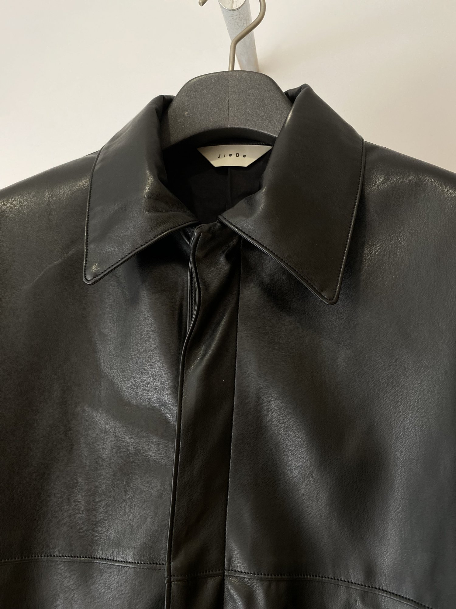JieDa<br />21AW FAKE LEATHER COAT / BLACK<img class='new_mark_img2' src='https://img.shop-pro.jp/img/new/icons14.gif' style='border:none;display:inline;margin:0px;padding:0px;width:auto;' />