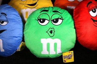 m&m's エムアンドエムズ ラウンドクッション グリーン 輸入雑貨/海外雑貨/直輸入/アメリカ雑貨/イギリス雑貨/おもちゃ/m&m's/エムアンドエムズ/えむあんどえむず/クッション/ぬいぐるみ/緑