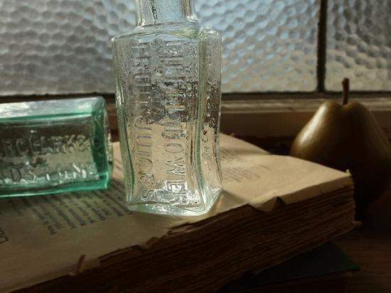 イギリス アンティークのフルーツジュースボトル