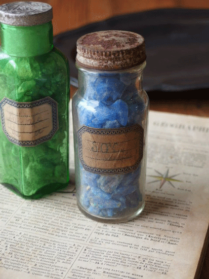 鉱物が入ったアンティーク瓶のセット 青とグリーン
