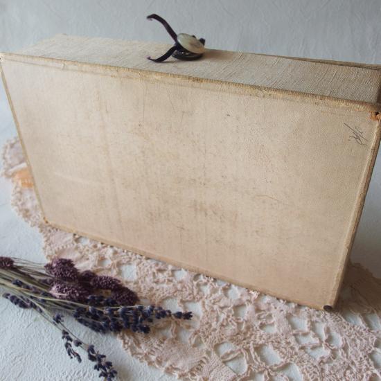 アンティーク ラベンダーの刺繍入りカルトナージュボックス