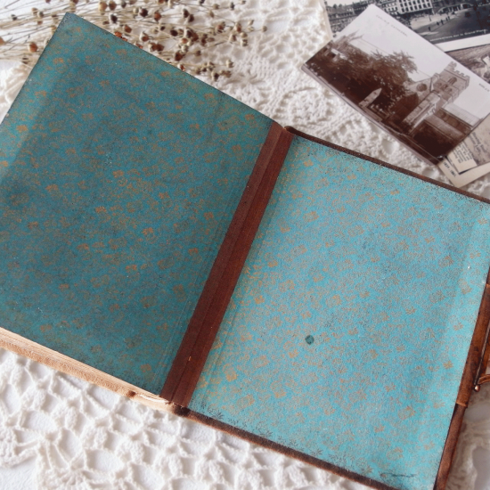 イギリスアンティーク ベルベットの表紙と真鍮留め具のフォトアルバム