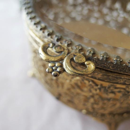 アンティーク オルモル装飾とガラスのジュエリーボックス (オーバル型)