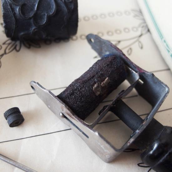 アンティーク カルティエ・ブレッソンの糸箱に入った刺繍用ローラースタンプセット