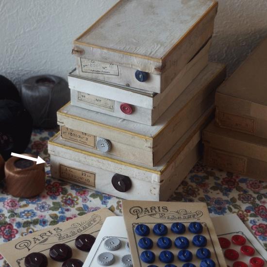 フランスヴィンテージ ボタンシートが入ったボタンの紙箱セット(チョコレート色)