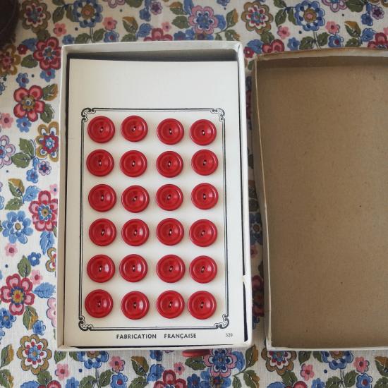 フランスヴィンテージ ボタンシートが入ったボタンの紙箱セット(赤色)