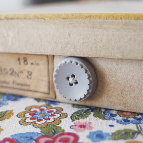 フランスヴィンテージ ボタンシートが入ったボタンの紙箱セット(グレーのお花)