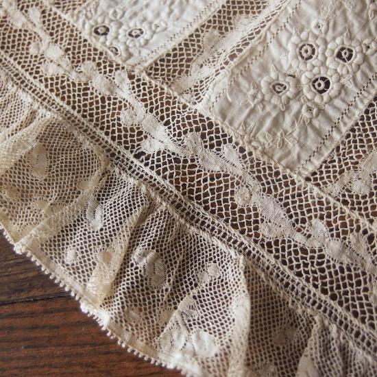 アンティーク 子供用のつけ襟 お花の刺繍とヴァランシエンヌレース