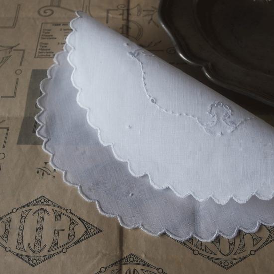 イギリスアンティーク カットワーク刺繍とスカラップのリネン製ドイリー