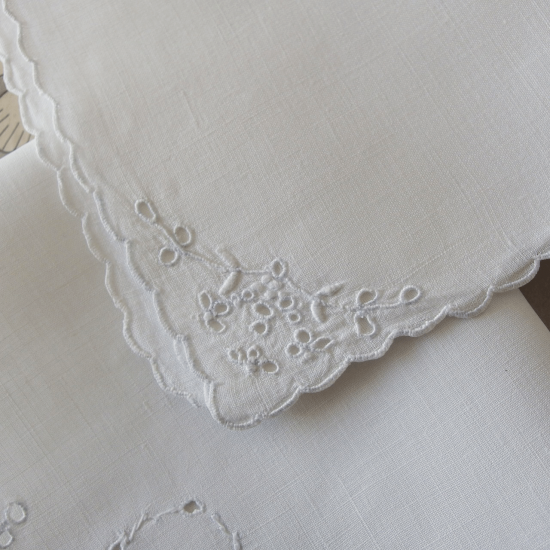 イギリスアンティーク カットワーク刺繍とスカラップのリネン製ハンカチ 4枚セット