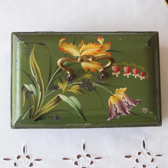 フランスアンティーク 琺瑯製 お花のトールペイントのクッキー缶(真鍮のハンドル付き)