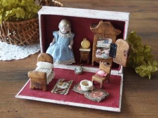 フランスアンティーク 小さなビスクドールとドールハウスのセット