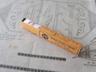 フランスアンティーク イニシャル刺繍テープ(N.E.)