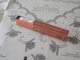 フランスアンティーク イニシャル刺繍テープ(F.A.)