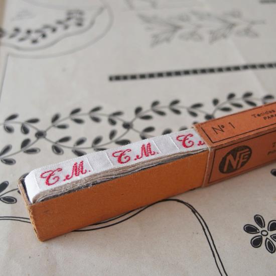 フランスアンティーク イニシャル刺繍テープ(T.M.)