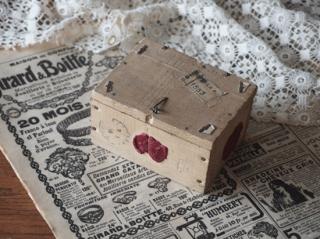 アンティーク  フランスの郵便小包用 小さな木箱(針金フック付き)