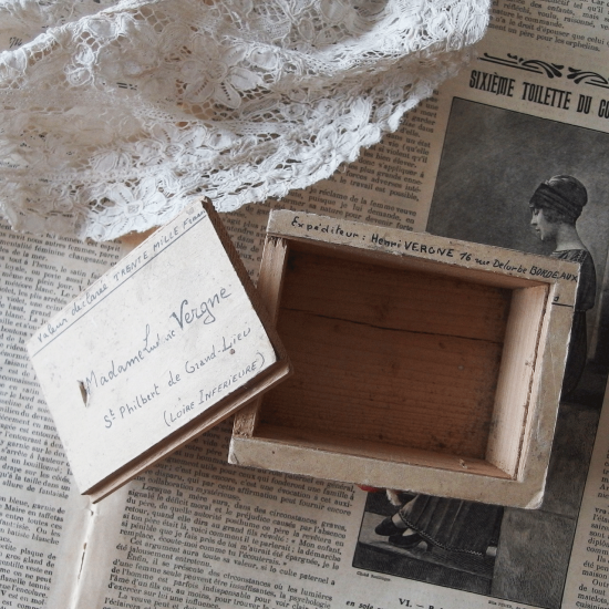 アンティーク  フランスの郵便小包用 小さな木箱(紙ラベル+スライド蓋)