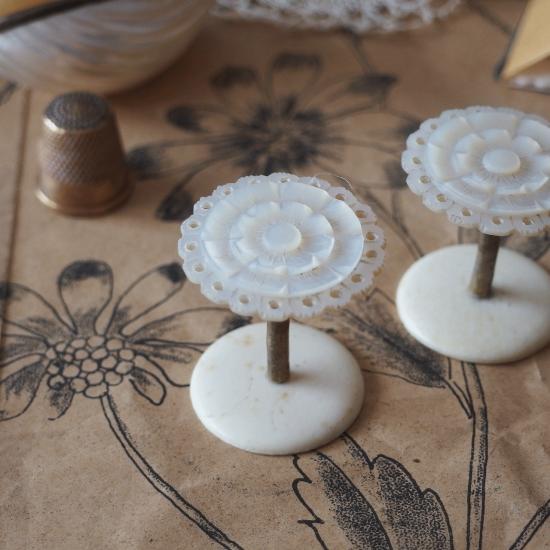 ヴィクトリアン マザーオブパールの糸巻き お花のコットンリール(1)