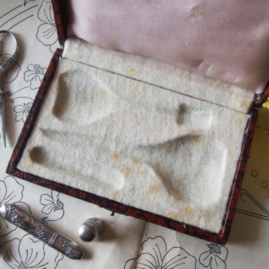 フランスアンティーク 革製ケースに入ったソーイングセット シルバープレート製