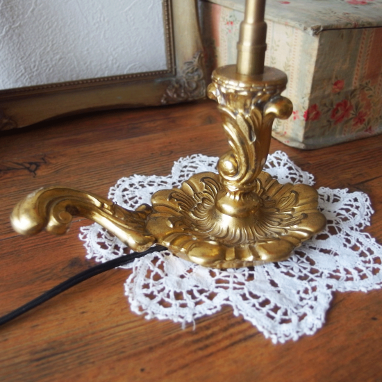 フランスアンティーク ローズピンクのシェードと真鍮製のテーブルランプ