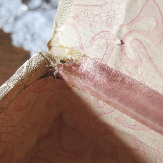 フランスアンティーク 薔薇とツルニチニチソウのカルトナージュボックス