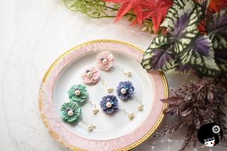 まるでフリルのようなお花の耳飾り つまみ細工 <br>4180円(税込)