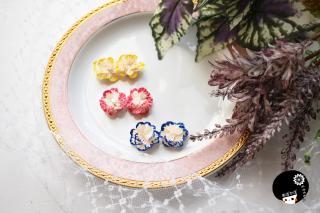 カラー縁取りフリルのようなお花の耳飾り つまみ細工 <br>3850円(税込)