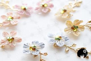 春の香りフリルのような華の耳飾り つまみ細工 <br>3850円(税込)