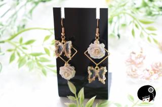 クリア蝶と薔薇の耳飾り つまみ細工 <br>3960円(税込)