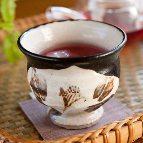 黒織部白椿文煎茶碗