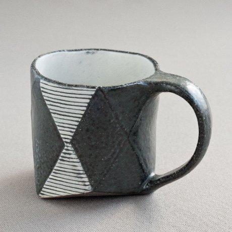 黒釉白地菱型線彫六角マグ