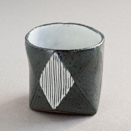 黒釉白地菱型線彫ロック