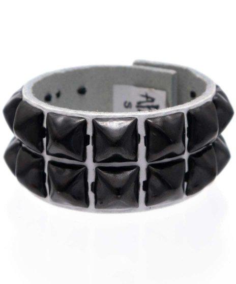 スタッズブレスレット 本革白 2連ブラックピラミッド パンクロックカラー:ホワイト<br>サイズ:S〜L<br>ブラックのスタッズに白の本革リストバンドを組み合わせたモデル