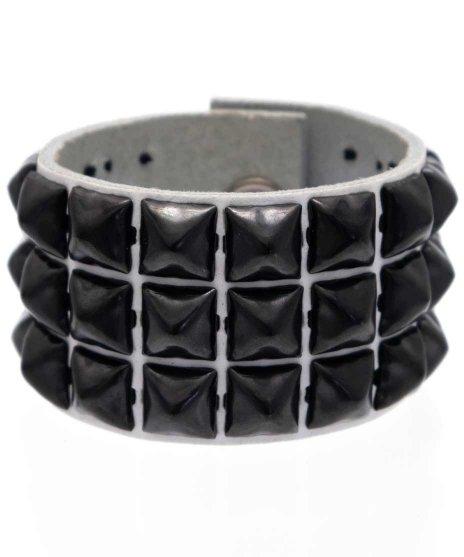 スタッズブレスレット 本革白 3連ブラックピラミッド パンクロックカラー:ホワイト<br>サイズ:S〜L<br>ホワイトレザーに3列で金属製ブラックピラミッドを配置したモデル